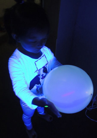 balloon-in-black-light-room